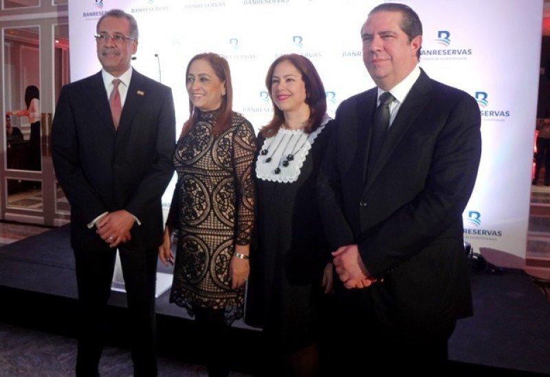 Simón Lizardo junto a Francisco Javier García y sus respectivas esposas en la recepción en Madrid.