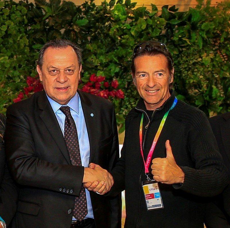 Gustavo Santos junto al deportista y presentador francés Alexandre Debanne.