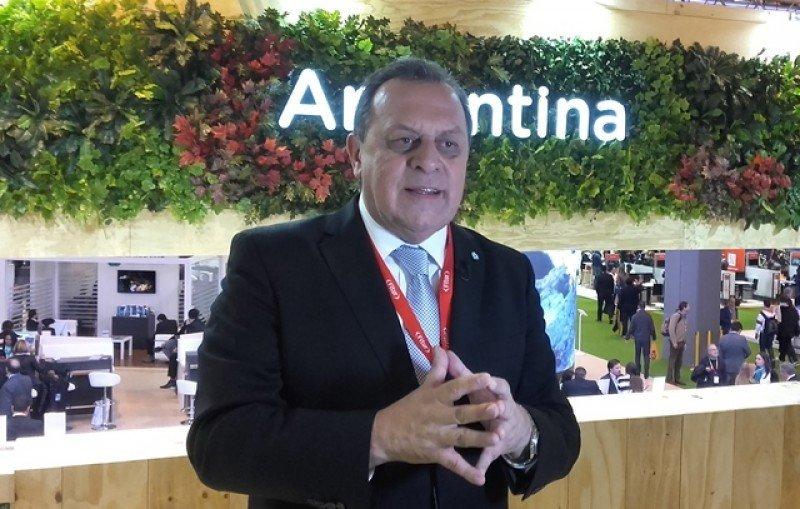 Ministro Gustavo Santos en el stand de Argentina en FITUR 2017.