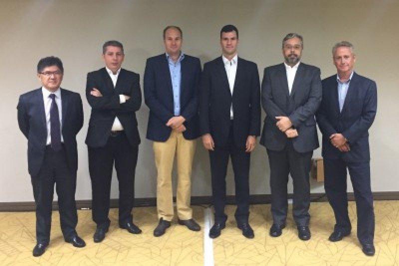 Gervásio Tanabe, diretor-executivo Abracorp, com parte do conselho de administração da entidade: Alexandre Castro, Eduardo Vasconcellos, Rubens Schwartzmann, Sergio Linares e Luis Vabo.