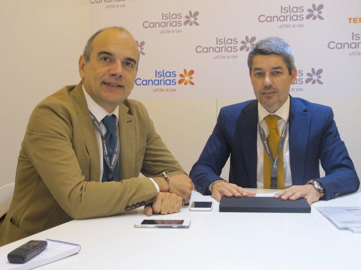 El consejero delegado de Turismo de Tenerife, Vicente Dorta, y el consejero de Turismo del Cabildo de Tenerife, en una entrevista con HOSTELTUR  en el stand de Canarias de la última edición de Fitur.