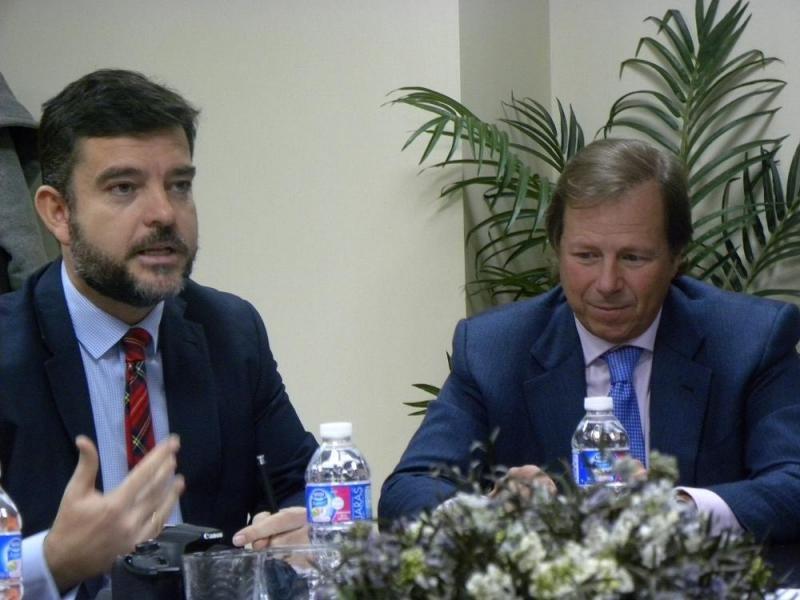 Álvaro Carrillo enumerando las tecnologías que vienen de las que se hablará en GUEST (izq), acompañado de Ramón Estalella.