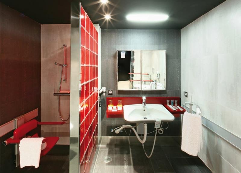 Los baños son un punto clave en la accesibilidad de la habitación. En la imagen, los del hotel Ilunion Valencia 3.