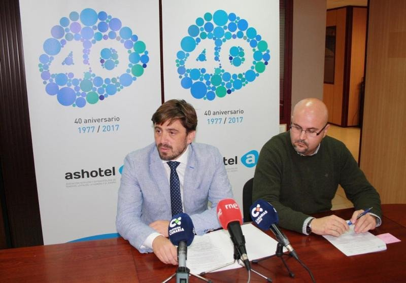 De izq. a dcha, Jorge Marichal y Juan Pablo González, en la presentación de #cumplimos40 con motivo del aniversario de Ashotel.