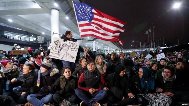 Queda suspendido el decreto de Trump que jura una batalla legal