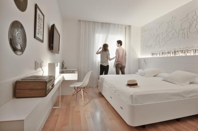 Las habitaciones están decoradas con objetos de los gustos y aficiones de esta pareja imaginaria, además de con las ilustraciones del pintor y arquitecto Julián García.