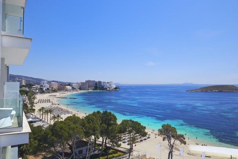 Imagen de Calvià Beach desde las terrazas del Me Mallorca.
