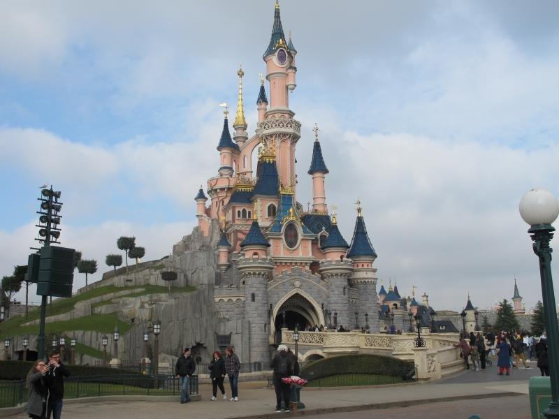 Disneyland París registró 13,4 millones de visitas en 2016.