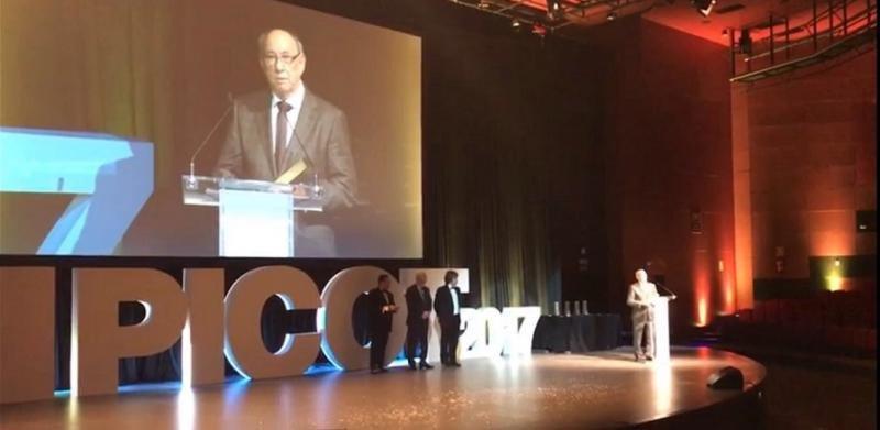 Joaquín Molina, agradeciendo el premio en la gala de los premios PICOT.