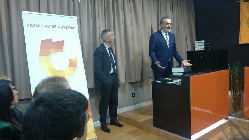 El presidente de AEHCOS, Luis Callejón, durante la recogida del premio.