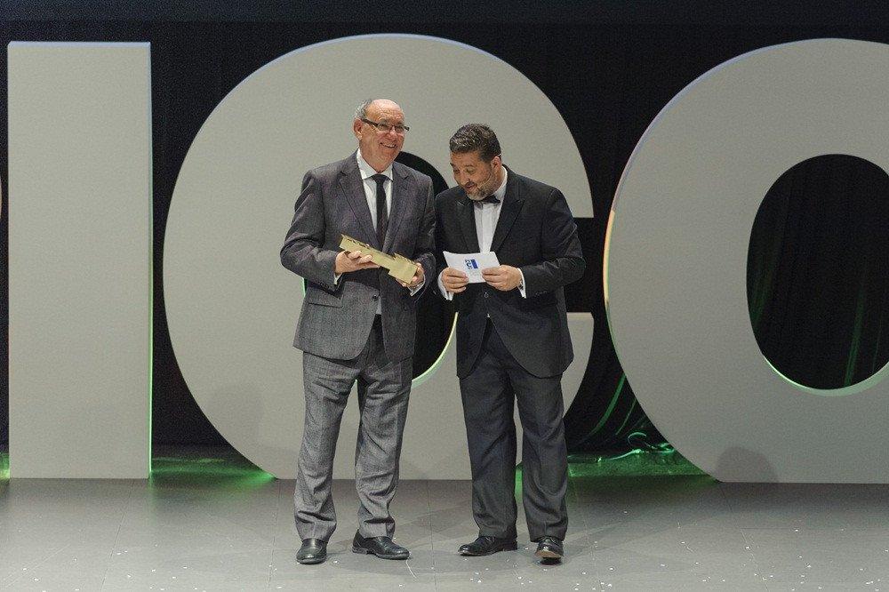 El editor de HOSTELTUR y fundador del grupo, Joaquín Molina, recogió por segundo año consecutivo el galardón al 'mejor soporte de información del sector turístico', en la imagen junto al consejero delegado de RV Edipress, Fernando Valmaseda.