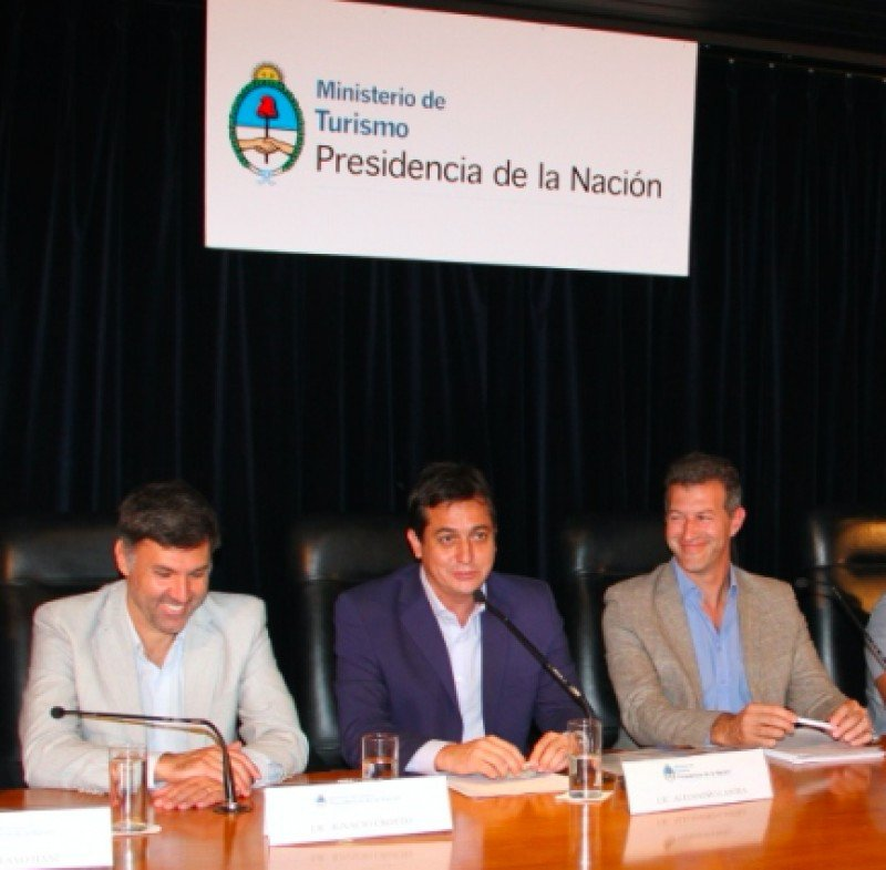 Izq a der: Ignacio Crotto (Subsecretario de Turismo de la provincia de Buenos Aires); Alejandro Lastra (Secretario de Turismo de la Nación); Emiliano Felice (Secretario de Turismo de Villa Gesell).
