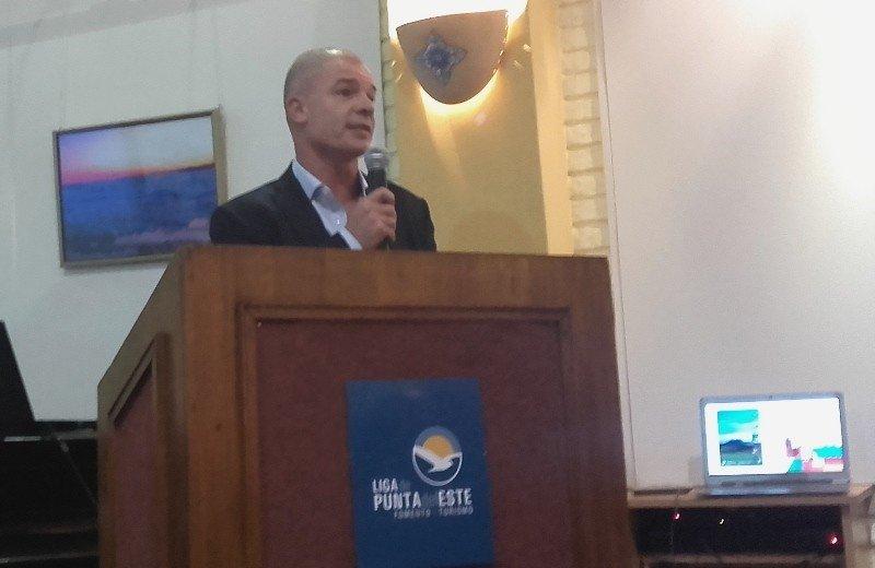 Julio Facal, asesor jurídico y legal de la Cámara uruguaya de Turismo exponiendo en la reunión del lunes en Punta del Este.