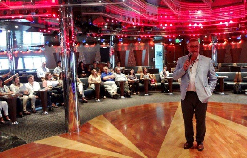 Carlos Pera, director de Aeromundo, anunció las novedades a bordo del barco que cubrirá el mercado local el próximo año.