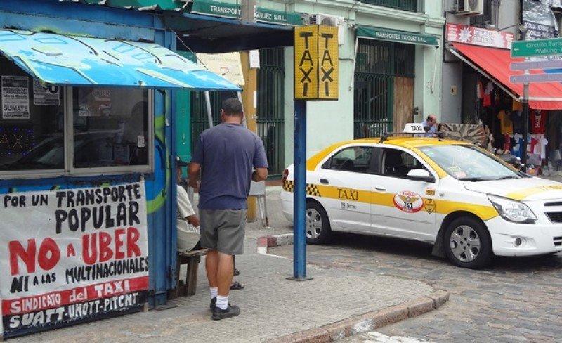 El taxi ha enfrentado duramente a Uber en Montevideo; los choferes de la plataforma dicen que esta regulación los borra del mercado.
