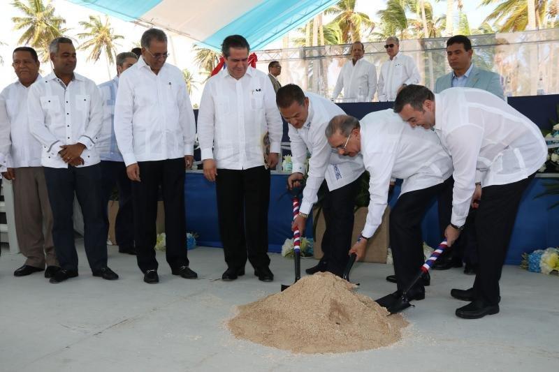 El presidente Danilo Medina da el primer palazo junto a ejecutivos de Blue Diamond Resorts.