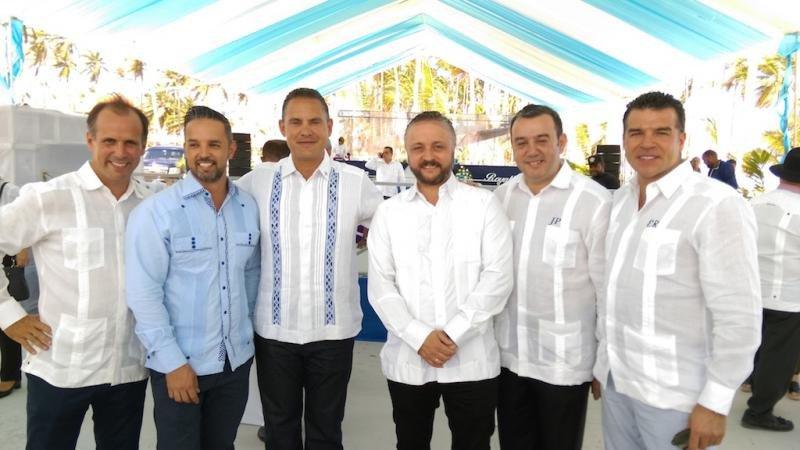 Stephen Hunter, presidente y CEO de Sunwing Travel Group, el director general de la cadena hotelera, Jordi Pelfort, y otros ejecutivos de la empresa.