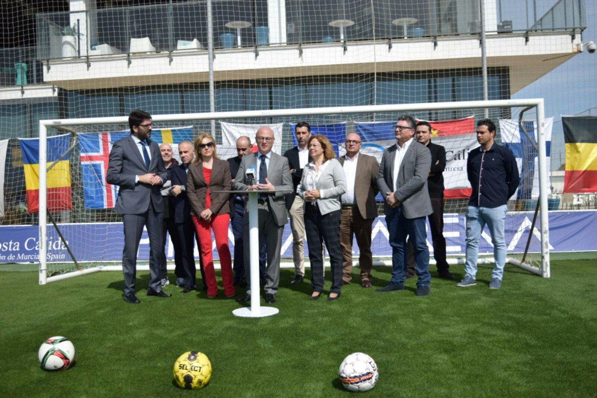 El consejero de Desarrollo Económico, Turismo y Empleo, Juan Hernández, presentó ayer el Plan de Turismo Deportivo, en las instalaciones de Pinatar Arena.