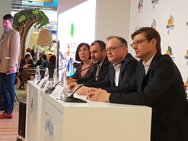 Los representantes de Baleares y del grupo turístico TUI, en la feria ITB de Berlín este jueves.