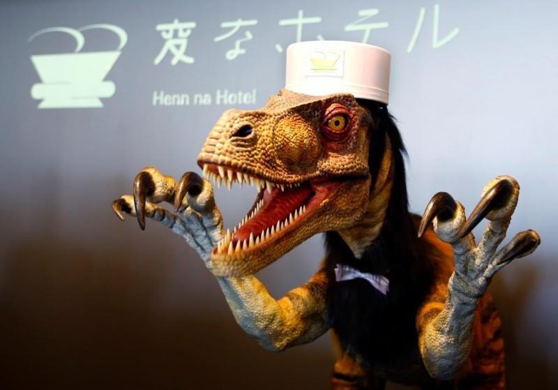 El dinosaurio robot encargado de recibir a los clientes en recepción y asignarles su habitación, todo ello con la posibilidad de hacerlo en varios idiomas.