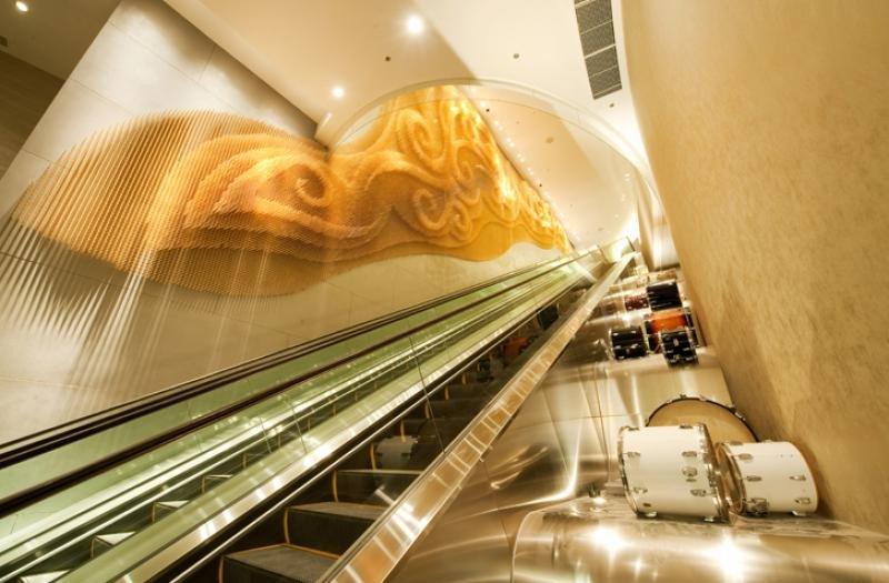 En el hotel Hard Rock de Macao los diseñadores de The Gettys Group crearon una obra de arte en la pared hecha de baquetas de batería. Foto: The Gettys Group.