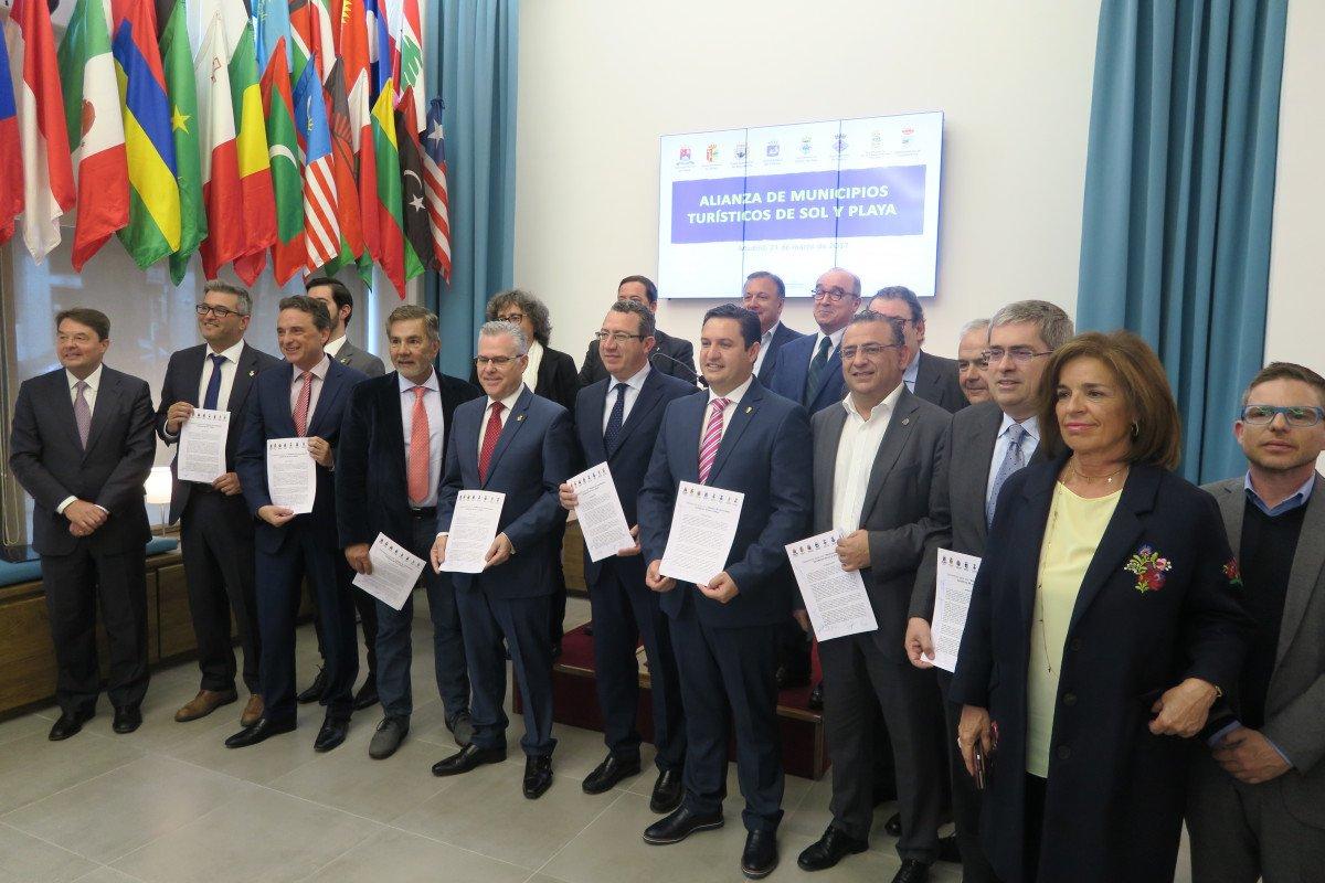 La firma tuvo lugar ayer en la sede de la OMT y en ella estuvo presente la ex alcaldesa de Madrid, Ana Botella, en calidad de asesora de dicha organización.