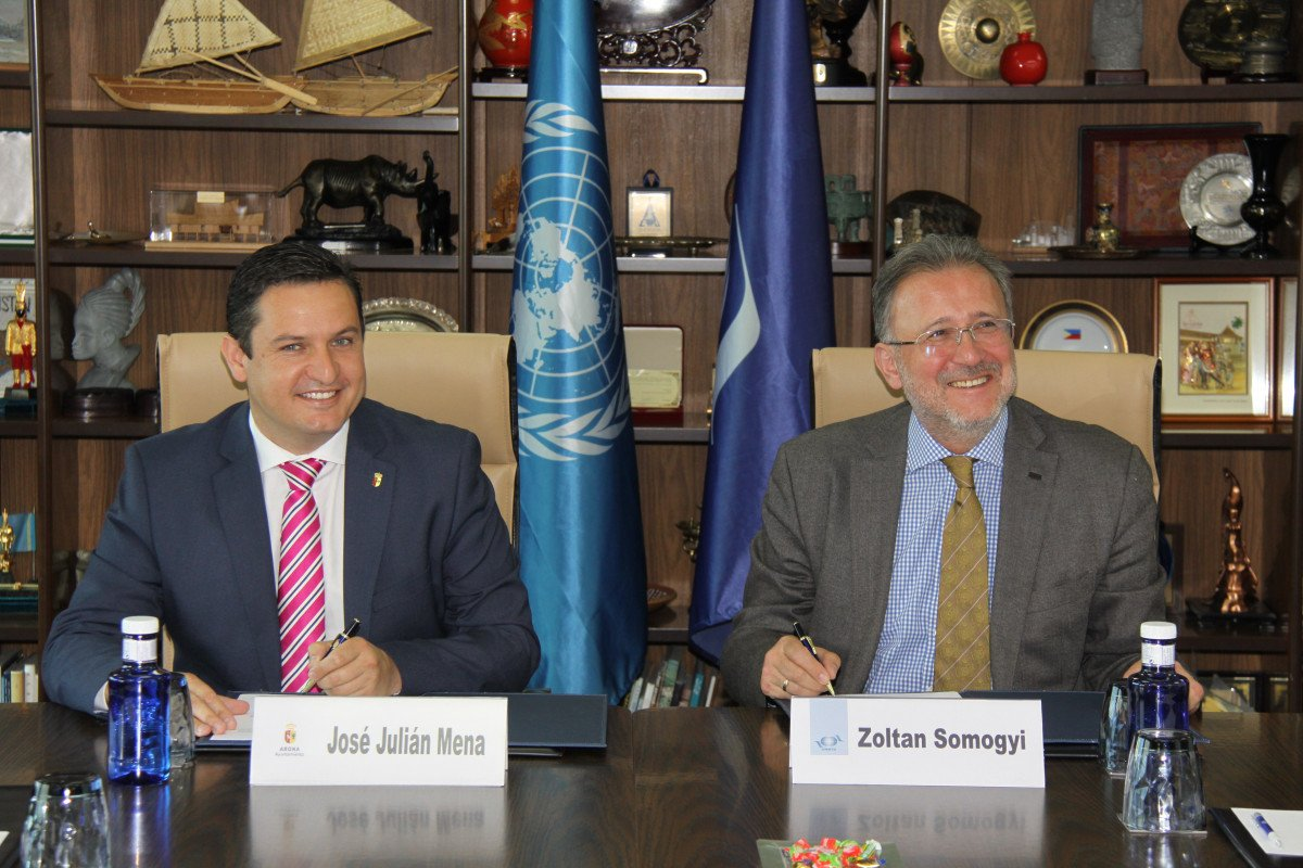 El alcalde de Arona, José Julián Mena, y Zoltán Somogyi por parte de la OMT.