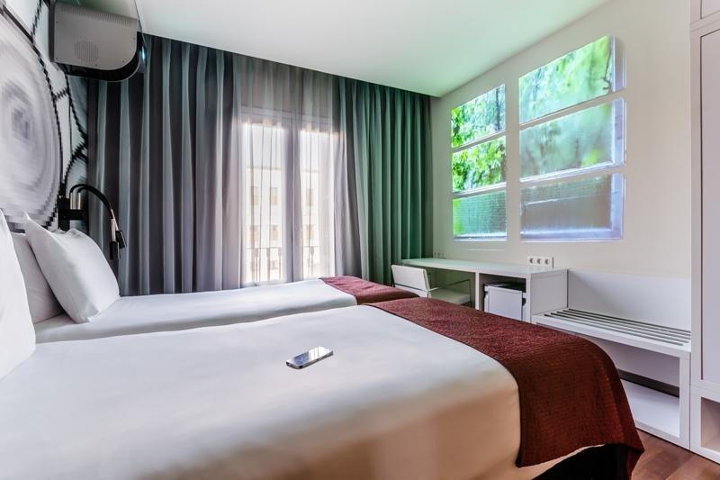 En la parte superior izquierda de la imagen puede verse el proyector, que se controla desde la app del móvil. La conexión es mediante la red wifi del hotel.