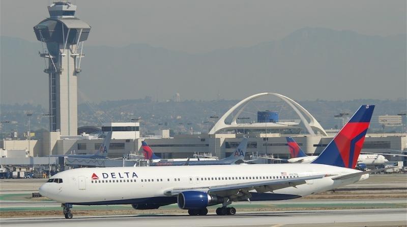 El Boeing 767-300 de Delta Airlines en el Aeropuerto de Los Ángele (Aero Icarus from Zürich, Switzerland).