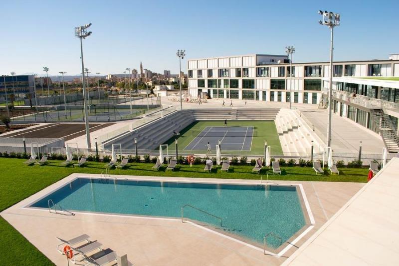 El Centro dispone de 27 pistas de tenis, 10 de pádel, dos de squash, una piscina al aire libre y otra cubierta, campo de fútbol y de fútbol 7, pista de atletismo y tres pistas polideportivas.