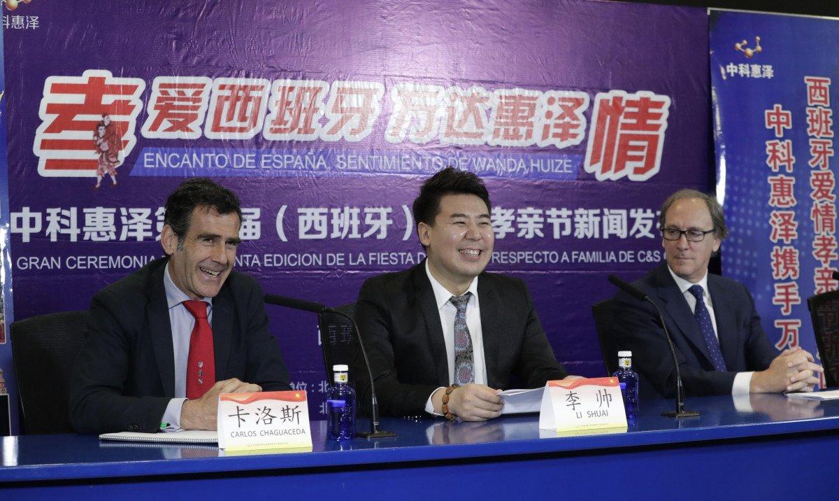 El director de Turismo de la Comunidad de Madrid, Carlos Chaguaceda, con representantes de la empresa china.