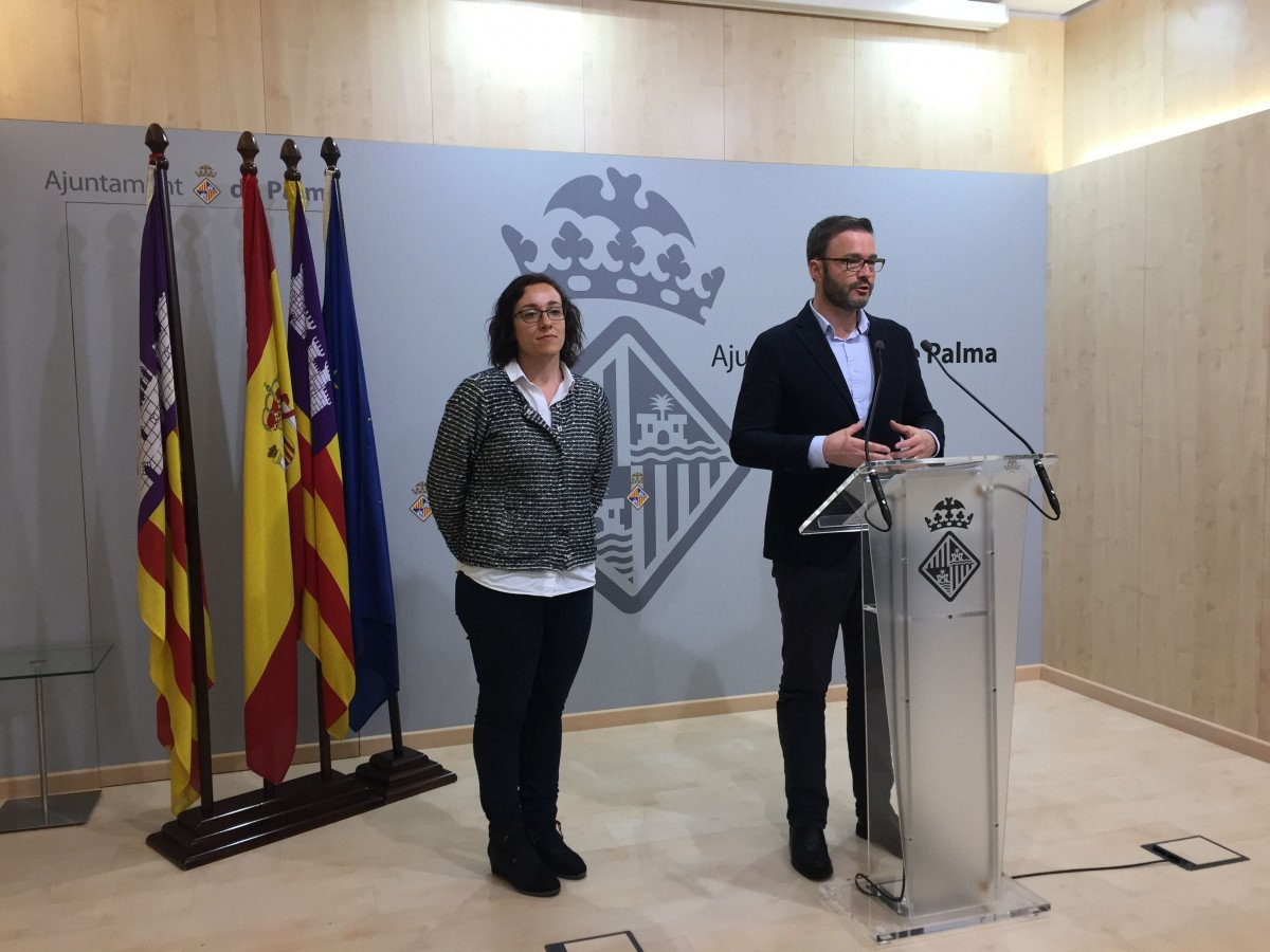 La regidora de Turismo, Comercio y Trabajo, Joana María Adrover, y el alcalde de Palma de Mallorca, José Hila, en la presentación del evento.