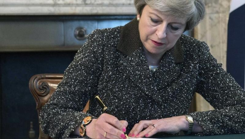 Theresa May firmando la carta en la que solicita formalmente la salida de la Unión. Foto: LaSexta