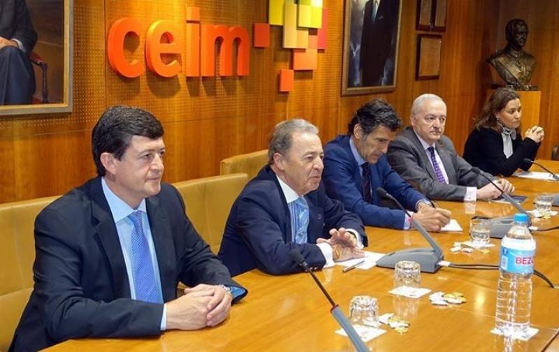 Carlos Chaguaceda, en el centro, durante el seminario de UNAV.