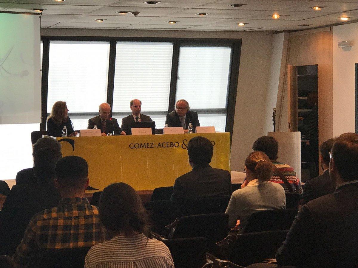 El presidente de Spaincares, Íñigo Valcaneras; el del ICTE, Miguel Mirones, y representantes de la firma de abogados Gómez-Acebo y Pombo, en la presentación del informe.