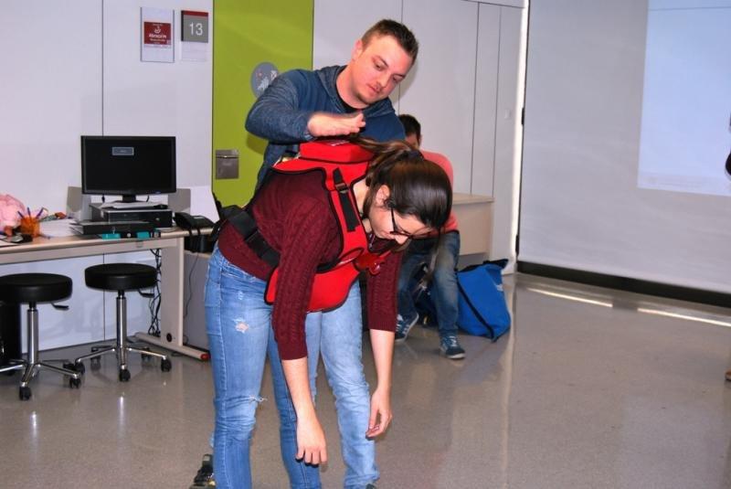 Si la persona no puede respirar, se comienza dando cinco golpes seguidos en la espalda y después se realiza la maniobra de Heimlich.
