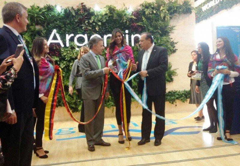 El presidente de Colombia, Juan Manuel Santos, y el ministro argentino Gustavo Santos, inauguran el stand de Argentina en la apertura de la 36a Vitrina Turística de ANATO.