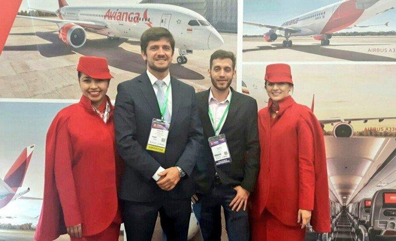 Sebastián Giobellina, Andrés Garnica y asistentes de Avianca Tours en la Vitrina Turística de ANATO. Foto: @sebagiobellina