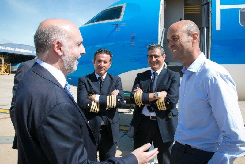 El ministro de Transporte de Argentina, Guillermo Dietrich, recibió en Aeroparque el primer avión de Flyest.