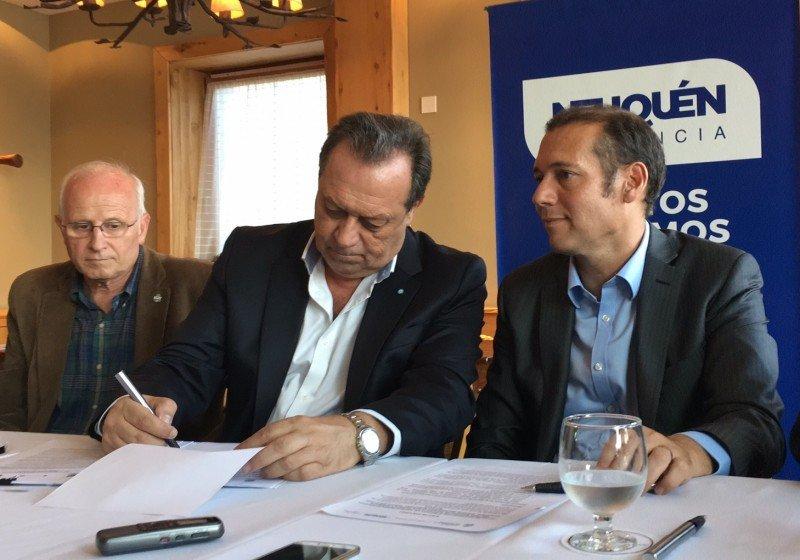 El ministro Gustavo Santos y el gobernador Omar Gutierrez firmaron convenios.