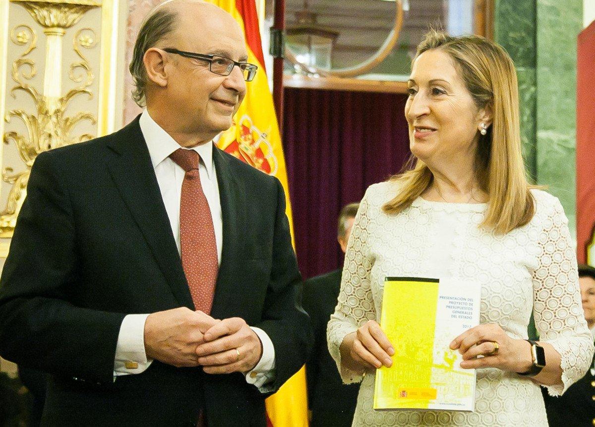 El ministro de Hacienda y Función Pública, Cristóbal Montoro, ha entregado a la presidenta del Congreso de los Diputados, Ana Pastor, el Proyecto de Ley de Presupuestos Generales del Estado para 2017.