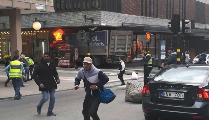 El camión se ha empotrado contra un centro comercial (Imagen publicada por el diario Aftonbladet)