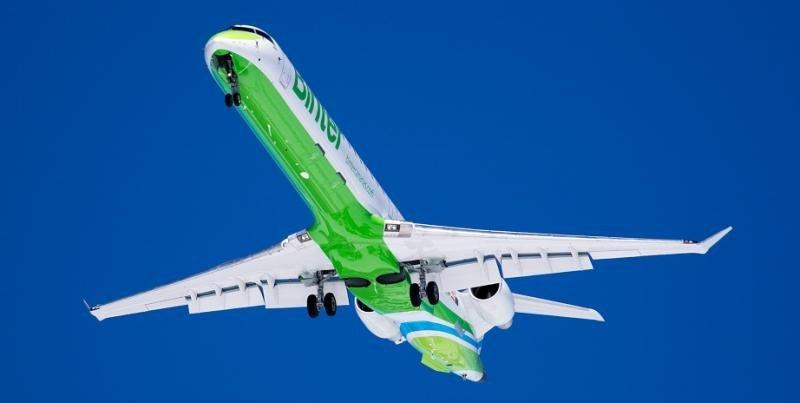 El modelo Bombardier CRJ1000 cuenta con mayor capacidad, configurado para 100 asientos.