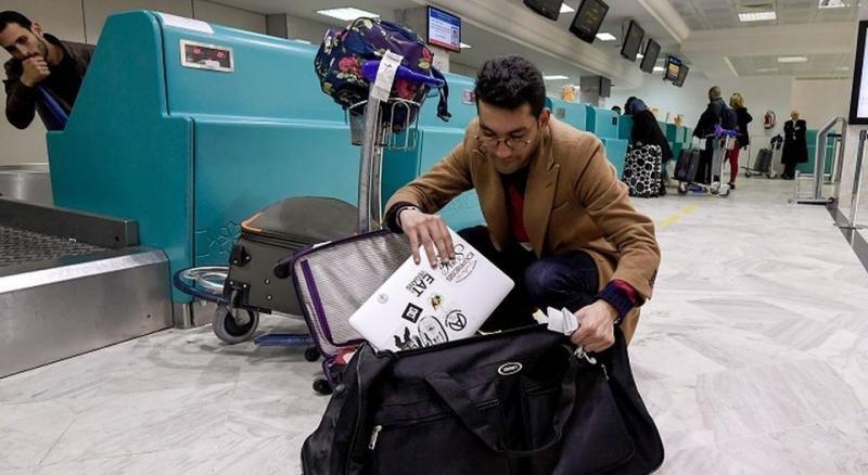 Las aerolíneas del Goldo enfrentan el veto electrónico: prestan portátiles (FOTO AFP).