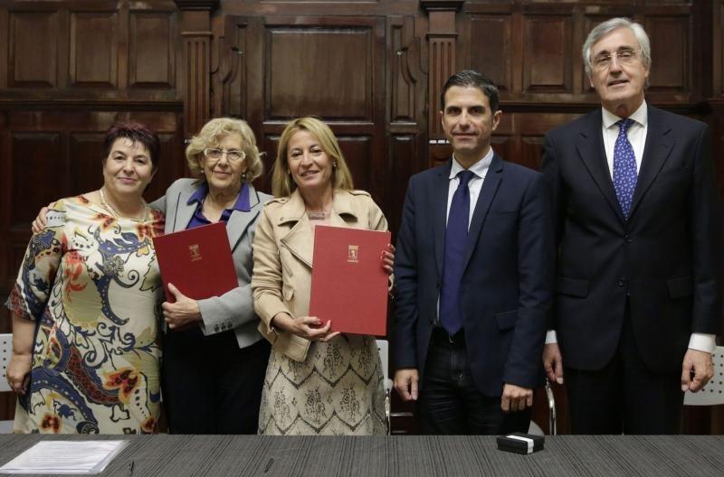 Manuela Carmena y Elena Nevado, alcaldesas de Madrid y Cáceres -segunda y tercera por la izquierda-, firmaron el convenio en presencia de  los regidores de Segovia, Ávila y Alcalá de Henares, Clara Luquero, José Luis Rivas y Javier Rodríguez.