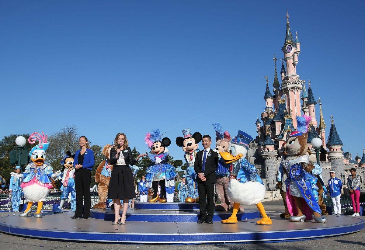 Un total 148 Personajes Disney, 180 bailarines, 12 ciclistas se han unido esta mañana a Mickey y a Minnie para celebrar el 25 cumpleaños de Disneyland Paris a los pies del Castillo de la Bella Durmiente. Desde allí, Catherine Powell, presidenta de Disneyland Paris, se ha dirigido a los asistentes.
