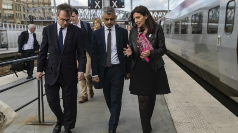 En el centro, el alcalde de Londres, Sadiq Khan, junto a la alcaldesa de París, Anne Hidalgo.
