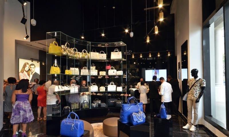 Tiendas de marcas exclusivas como Versace, Armani, Montblanc y L'Occitane están establecidas en el Manzana Kempins.