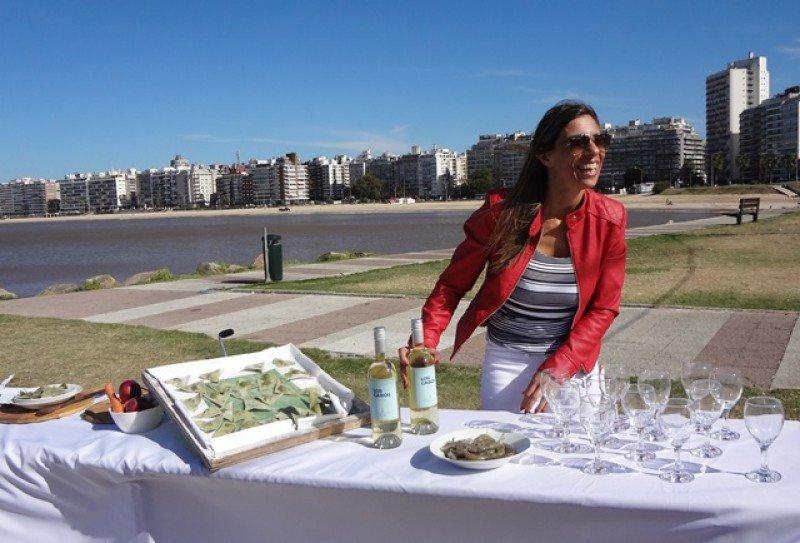 Ana Caram, directora departamental de Turismo, en una presentación en la rambla de Montevideo el viernes pasado.