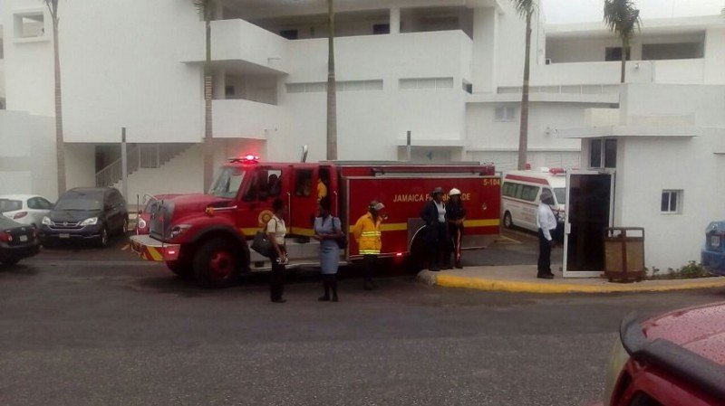 Bomberos en el hotel Riu Reggae tras el accidente.